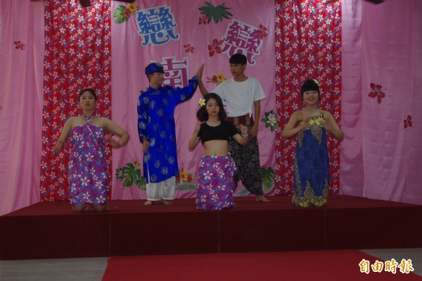 學生熱情舞蹈為畢業展拉開歡樂序幕。(記者林國賢攝)