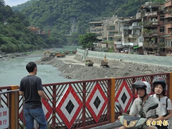 覽勝橋現況,前方為烏來老街臨南勢溪的防洪牆已竣工。(記者翁聿煌攝)