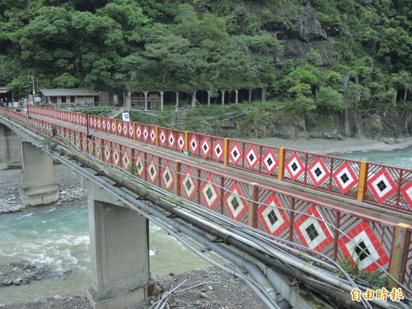 覽勝橋改建會抬高3公尺,利用畫面上方的廁所及人工隧道建爬坡道。(記者翁聿煌攝)