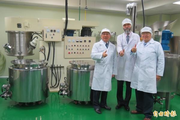 東海大學牛乳加工廠獲來自白俄羅斯的台灣女婿游亞力(中)捐贈逾千萬元設備,助工廠成功開發新產品。(記者蘇孟娟攝)