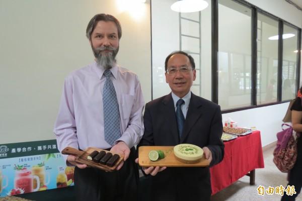 東海大學牛乳加工廠,獲游亞力(左)捐贈逾千萬元設備,助加工廠成功開發新產品起司條及檸檬起司蛋糕等甜點。(記者蘇孟娟攝)
