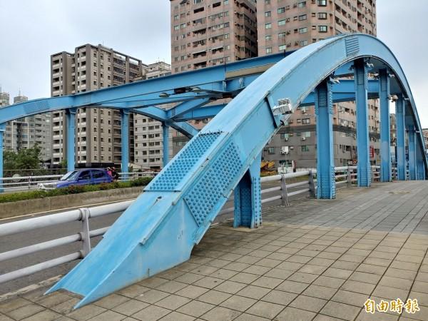 完工使用已近15年歷史的安平區望月橋,下週展開重新上色工程,施工時段橋道將封閉。(記者洪瑞琴攝)