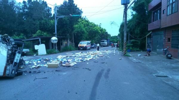 大貨車的貨物因碰撞意外散落一地。(記者周敏鴻翻攝)