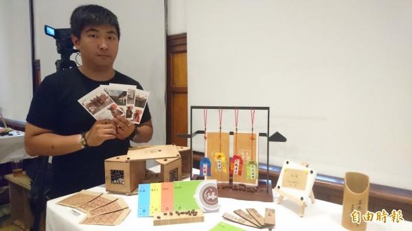 辛柏諺為台南4家月老廟量身烘製咖啡豆及設計窗花圖騰,自己也因此交到女朋友。(記者劉婉君攝)