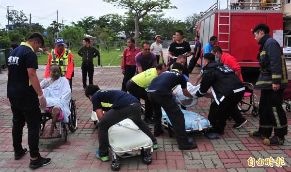 今天大火意外,救護車是遠從50公里外枋寮、春日遠途過來支援。(記者蔡宗憲攝)