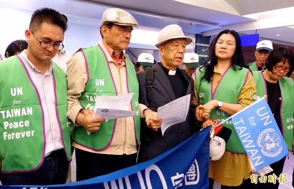 「台灣加入WHO宣達團」19日晚間搭機啟程前往瑞士,除了為台灣發聲,也將向中國代表團表達抗議中國打壓、干預台灣與會。羅榮光牧師(中)在行前率團員禱告,祈禱 此行順利。