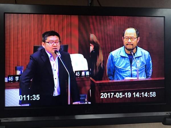 台北市議員徐弘庭(左)質疑世大運開閉幕合約撥款似有圖利之嫌。(記者何世昌攝)