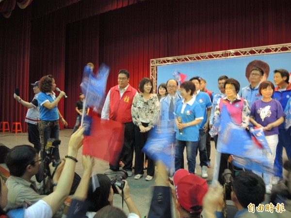 洪秀柱參加選前之夜,受到支持者熱情歡迎。(記者翁聿煌攝)