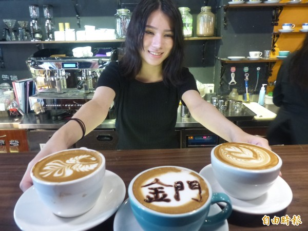 金門海峽盃兩岸咖啡拉花邀請賽將於6月3日登場,地主選手薛語安展示拉花圖案為活動暖身。(記者吳正庭攝)