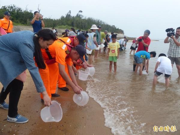 金門水試所的鱟放流復育活動,大人小孩一起參加。(記者吳正庭攝)