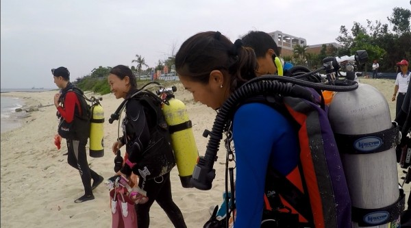 海科大媒合中華民國水中運動協會及在地業者、志工,不只是淨灘,還「淨海」,就為還給小琉球美麗如昔的海洋環境。(記者陳彥廷翻攝)