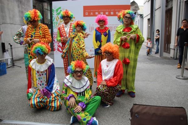 來自香港、澳門明愛的小丑舞隊不僅為民眾帶來歡樂,也在表演中找到自己。(伊甸基金會提供)
