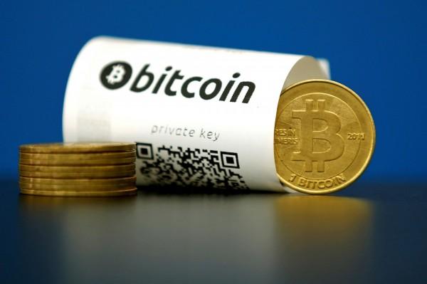 虛擬貨幣「比特幣」價格週五飆上1950美元,已離2000美元關卡不遠。(路透)