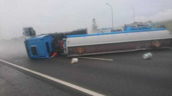 載運鹽酸的化學槽車在國道中山高速公路翻覆。(記者林宜樟翻攝)