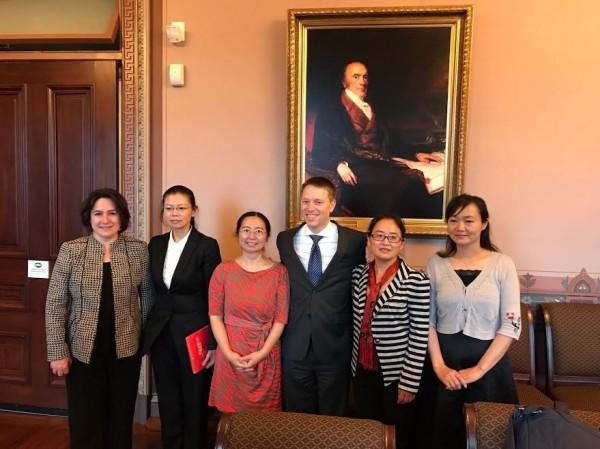 白宮國安會亞太資深主任博明(右三)與中國部主任布蕾(左一)今天在白宮會見了李凈瑜(左二)等4位中國人權受害者的家屬。(李凈瑜提供)