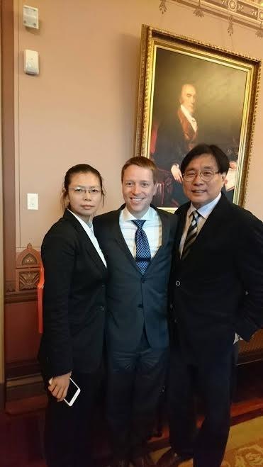 白宮國安會亞太資深主任博明(中)今天在白宮會見李淨瑜與楊憲宏,並關切台灣媒體被中國收買的情況。(楊憲宏提供)