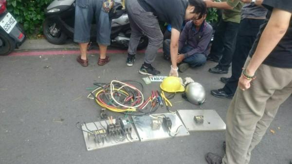 警方查獲翁男假扮工人,偷遍大高雄百起路燈開關。 (記者陳文嬋翻攝)