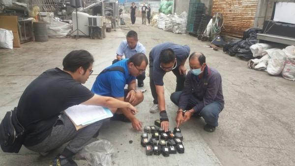 警方帶翁男到資源回收廠,起獲大批電源開關。(記者陳文嬋翻攝)