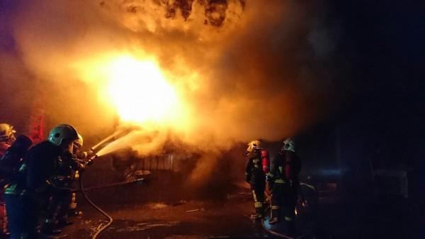 埔鹽輪胎倉庫失火,消防人員與惡火搏鬥。(彰化消防局提供)