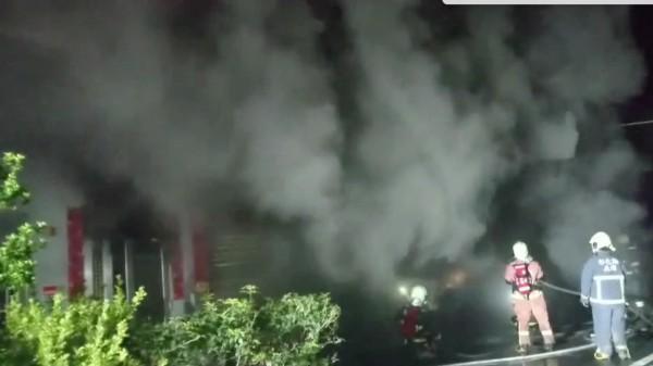 埔鹽輪胎倉庫失火,不斷冒出惡臭黑煙,消防人員進入火場搶救。(翻攝畫面)