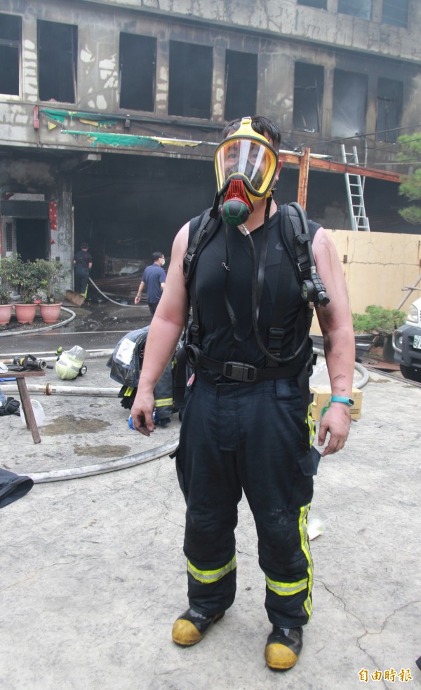 埔鹽消防分隊消防員宋明哲表示,進入火場必須配戴特製空氣呼吸器與氧氣瓶。(記者陳冠備攝)