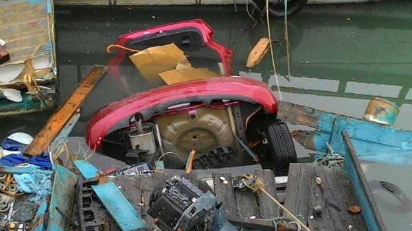 邱姓女子今晨駕車衝進永安漁港。(記者周敏鴻翻攝)