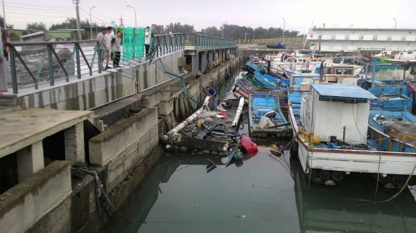 邱姓女子今晨駕車衝進永安漁港,幸運獲救。(記者周敏鴻翻攝)
