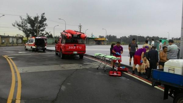 邱姓女子駕車衝進永安漁港,幸被當地熱心漁民救起無大礙。(記者周敏鴻翻攝)