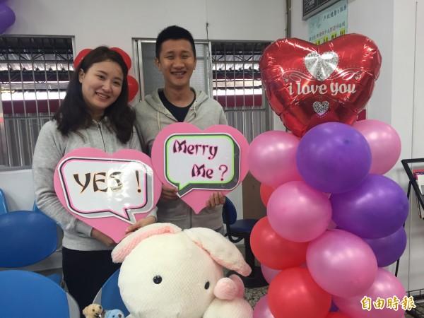 新人莊竣評、劉芷芬開心完成結婚登記。。(記者張存薇攝)