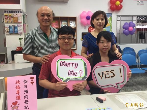 陳佳育、梁容瑋在爸爸媽媽陪同下喜氣登記。(記者張存薇攝)