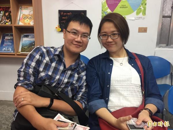 李鳳儀、林佑安兩人開心登記。(記者張存薇攝)