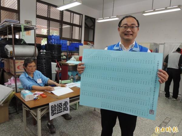國民黨高市黨部主委黃柏霖表示,黨代表選舉高雄選區首度改為單一大選區,投票單也是全國最大張。(記者王榮祥攝)