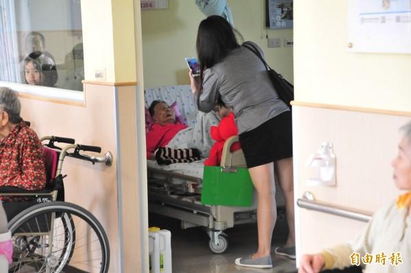 南門護理之家1、3樓今天恢復運作,家屬到院探望家人。(記者蔡宗憲攝)