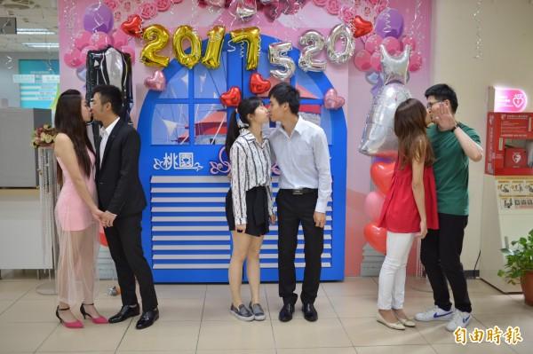 今天520是熱門結婚登記日期,桃園區戶所多對新人大玩親親遊戲。(記者謝武雄攝)