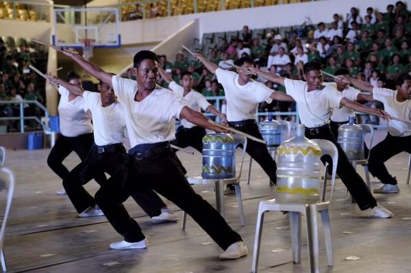 浴佛大典中,民眾以回收物當作表演器材,體現環保。(慈濟基金會提供)