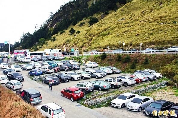 每年合歡山花季期間賞花人潮眾多,就算是非假日,合歡山莊旁停車場也停滿遊客的車輛。(資料照,記者佟振國攝)