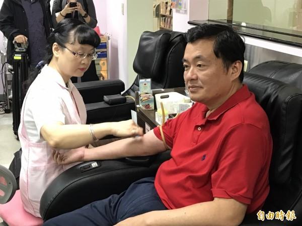 民進黨秘書長洪耀福今天出席小英之友會舉辦的捐血活動。(記者蘇芳禾攝)