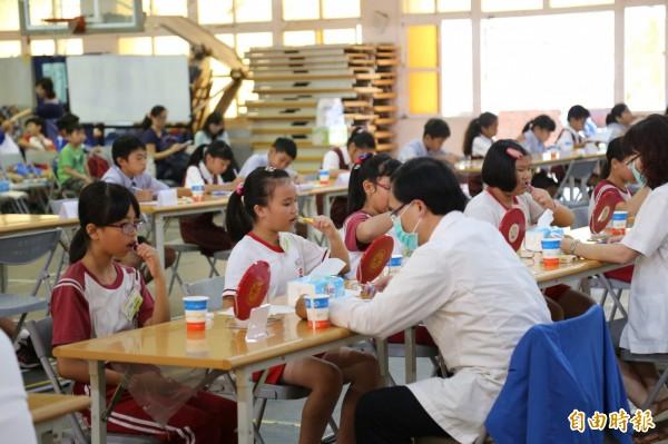 屏東縣教育處與屏東牙醫師公會今天在仁愛國小舉辦「屏東地區國小學童潔牙比賽」,共有18支隊伍、180名學童競逐全國總決賽代表權。(記者邱芷柔攝)
