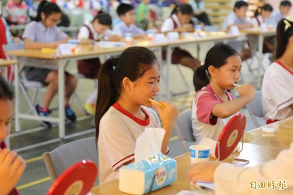 屏東縣國小1年級學童齲齒率從47.78%逐年上升到60.84%,現在相當於每10位學童中就有6位蛀牙。(記者邱芷柔攝)