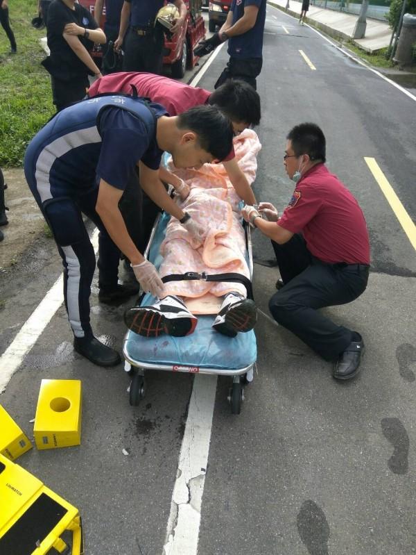 男子清晨於華中橋下跳水,成功救起送醫。(記者陳薏云翻攝)