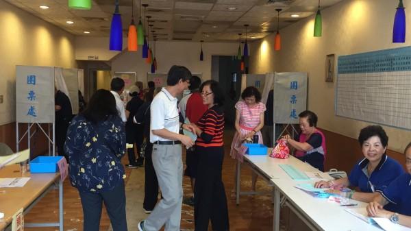 國民黨今天改選黨主席,新竹縣竹東鎮的基層黨員踴躍出席投票。(記者黃美珠攝)