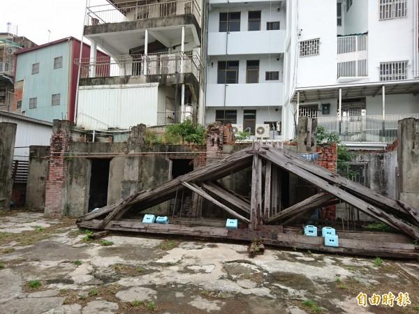 香蕉倉庫修護工程終於開工。(記者洪瑞琴攝)