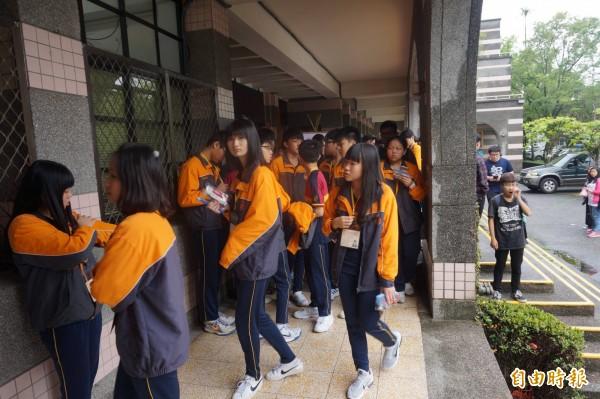 106年國中教育會考今、明2日登場,今年宜蘭縣的會考由國立蘭陽女中主辦,有5195名考生應試。(記者林敬倫攝)