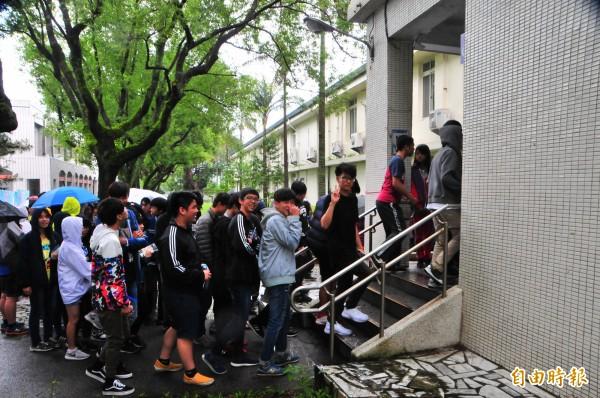 國中教育會考登場,花蓮今天上午下雨,學生冒雨排隊等候進入試場。(記者花孟璟攝)