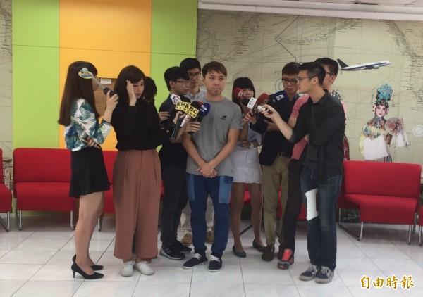 台灣戲曲學院教師李菄峻(中灰衣者)被踢爆,指導過程對女學生施暴,飛踢5次還拍頭與巴掌,李師今天哽咽道歉,表示會對自己行為負責。(記者吳柏軒攝)