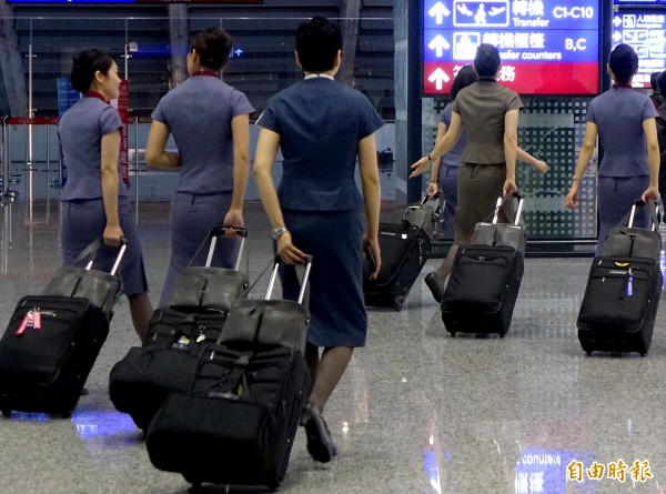 華航一名林姓空姐20日上午從阿姆斯特丹返抵桃園機場,入境時遭海關稽查人員從其隨身行李中查獲大麻和K他命等毒品。華航空姐示意圖,圖中人物與本案無關。(記者朱沛雄攝)