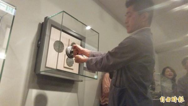 器物處人員於現場做吸盤示範說明。(記者凌美雪攝)