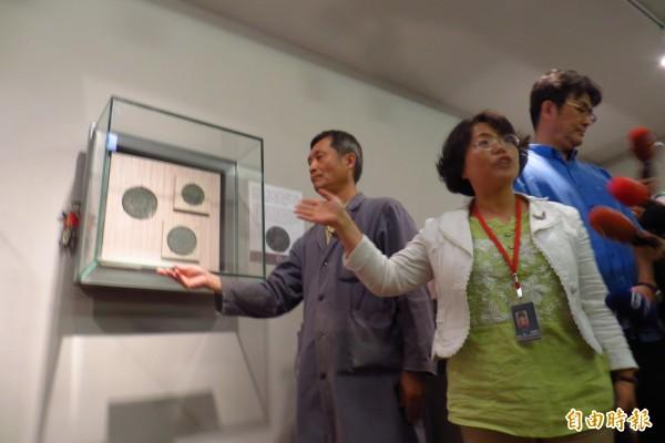 安管室楊秀娟主任於現場示範說明了整個展櫃鬆脫與處理過程。(記者凌美雪攝)