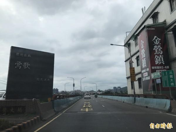 三鶯大橋是往返三峽與鶯歌的唯一通道,因轉彎幅度大、人車混道發生多起死亡意外,被民眾視為危橋。(記者張安蕎攝)