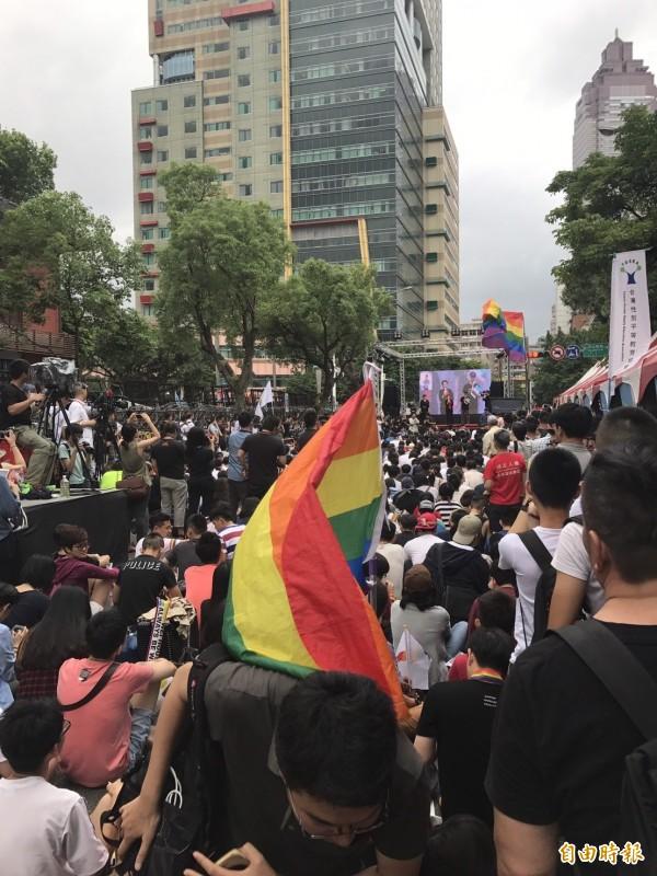 支持婚姻平權的民眾聚集在立法院外慶祝,各黨挺同立委都上台致意。(記者蘇芳禾攝)